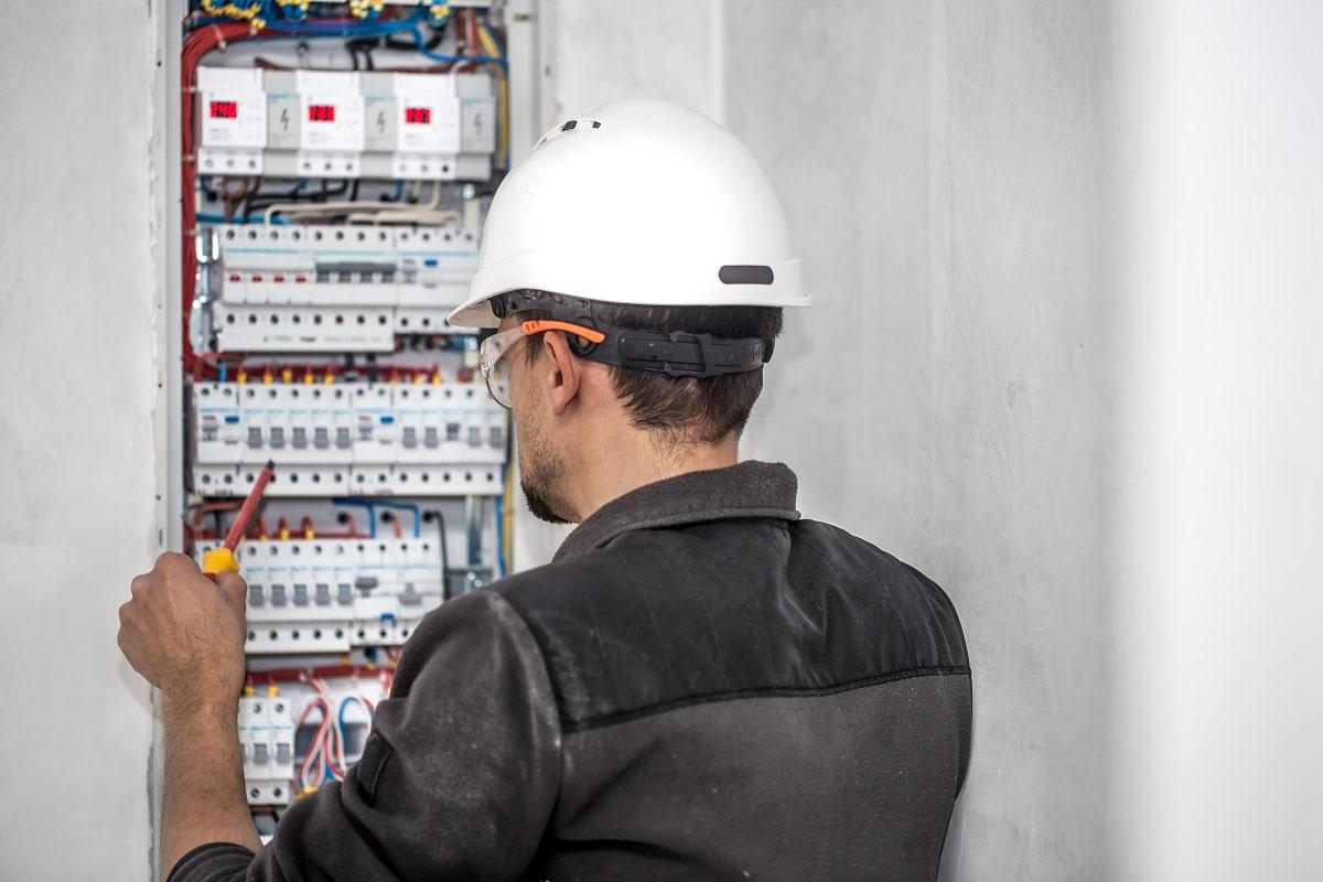 ¿Cuánto cuesta un electricista por hora? Precio de electricista en 2021